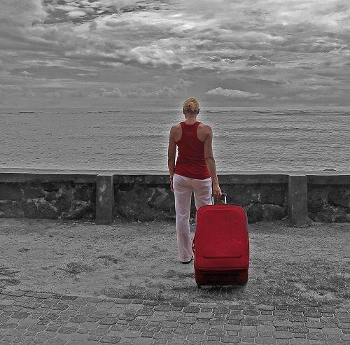 красный старичок чемодан